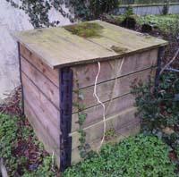 Composteur en lames de bois installé dans mon jardin