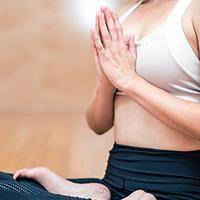 La position du lotus caractéristique du yoga