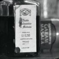 Vieille bouteille de vinaigre balsamique